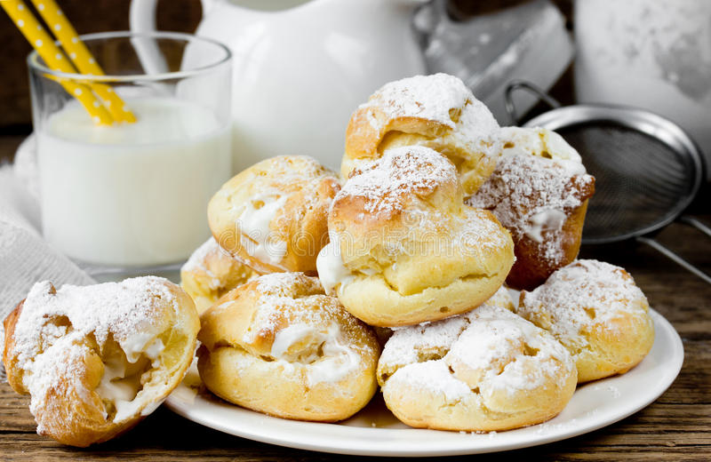 Eclairs ou profiteroles do bolo da pastelaria dos Choux com chantiliy fotografia de stock