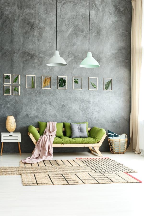 Eclectisch huis met aardachtig ontwerp stock afbeelding