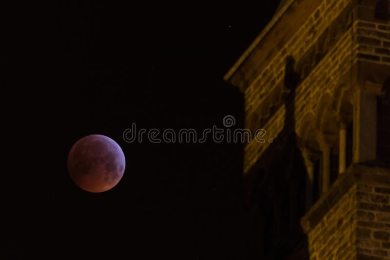 Eclips луны с церковью на переднем плане стоковые изображения rf