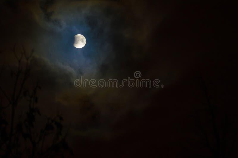 Eclipse de la luna en Luna Llena Luna estupenda de la sangre azul fotografía de archivo