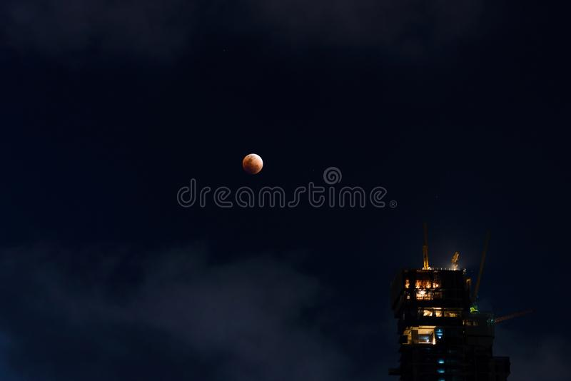 Eclipse lunar - eclipse estupendo de la luna de la sangre azul foto de archivo