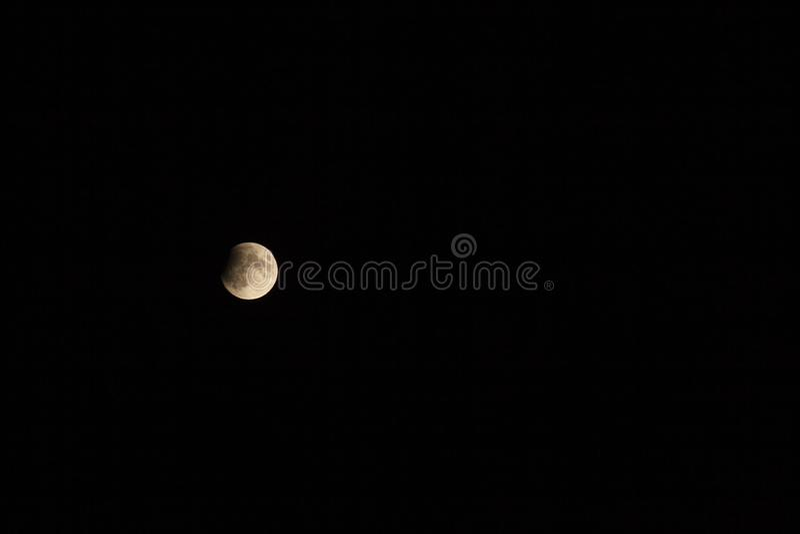 Eclipse lunar parcial, Breaza, Rumania, el 17 de julio de 2019 fotografía de archivo