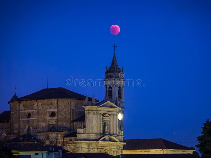 Eclipse rojo apocalíptico de la luna sobre la iglesia del ` Adda del sull de Trezzo fotografía de archivo libre de regalías