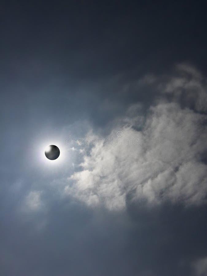 Eclipse solar com corona visível fotografia de stock royalty free