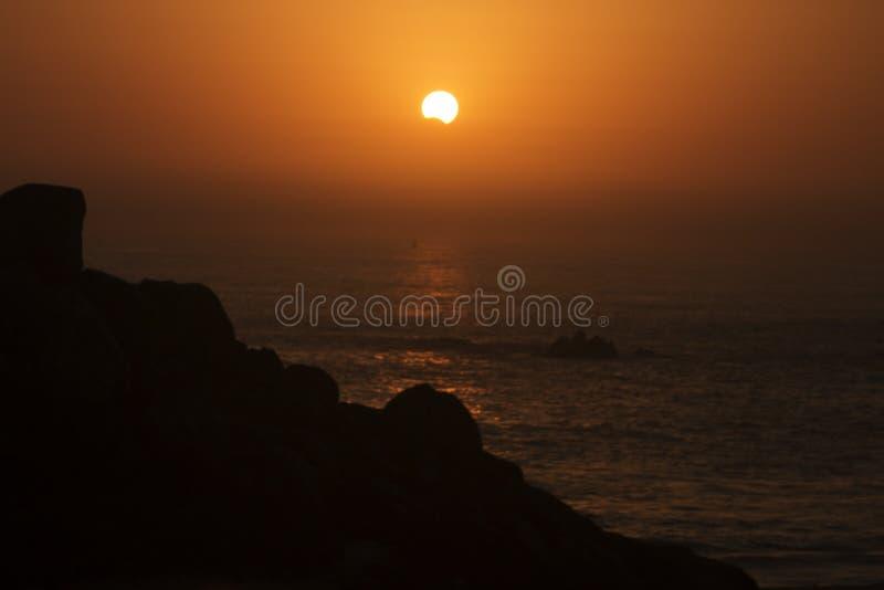Eclipse solar de la puesta del sol fotos de archivo