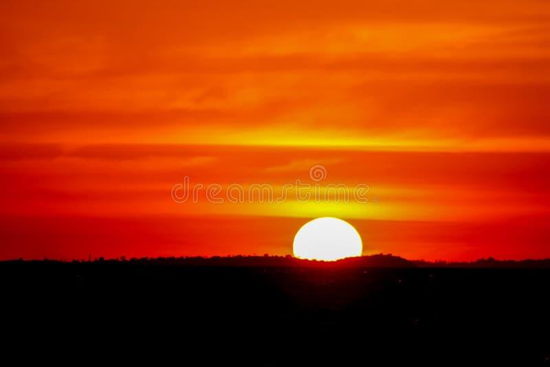 Eclipse solar durante puesta del sol imagen de archivo libre de regalías