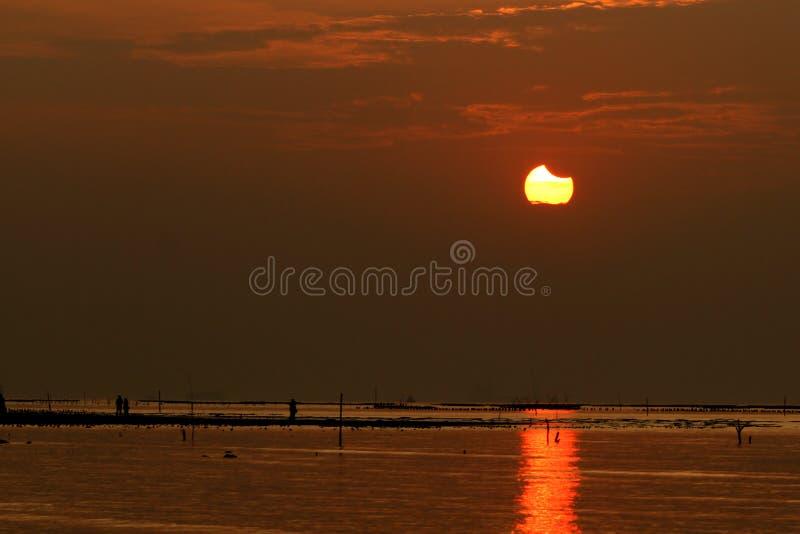 Eclipse solar durante puesta del sol fotos de archivo libres de regalías
