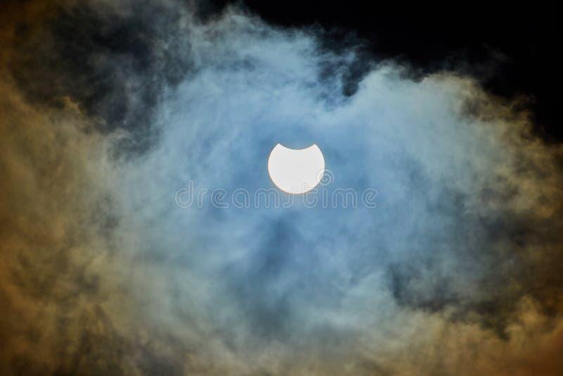 Eclipse solar en un día nublado imagen de archivo libre de regalías