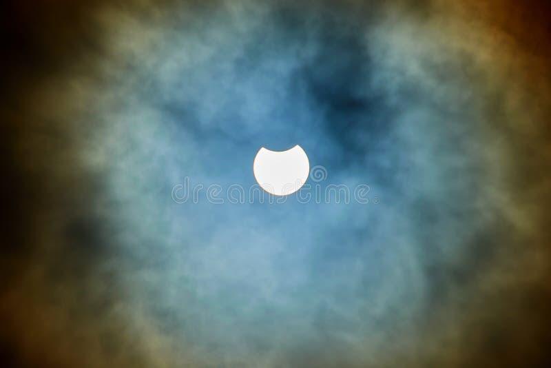 Eclipse solar en un día nublado foto de archivo libre de regalías