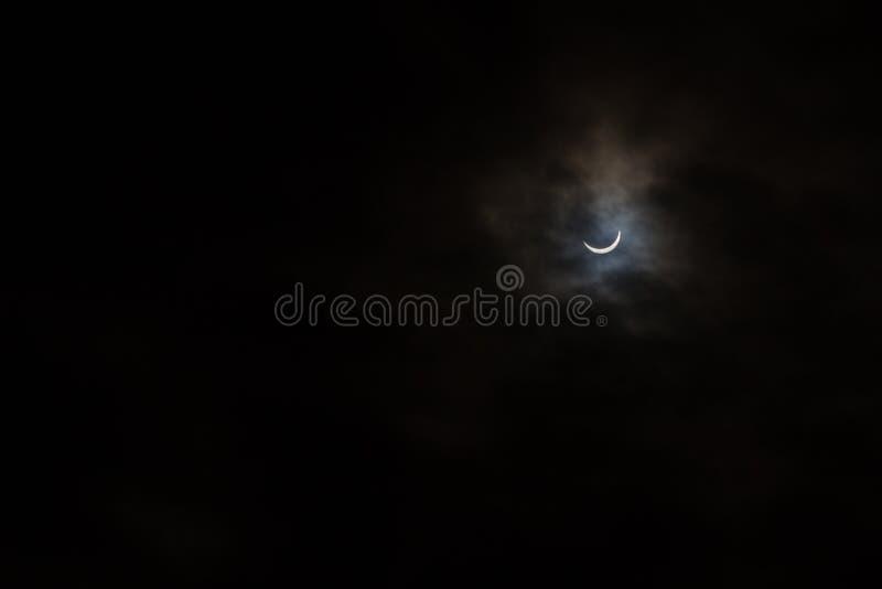 Eclipse solar parcial em um dia nebuloso em Kristiansand Noruega foto de stock