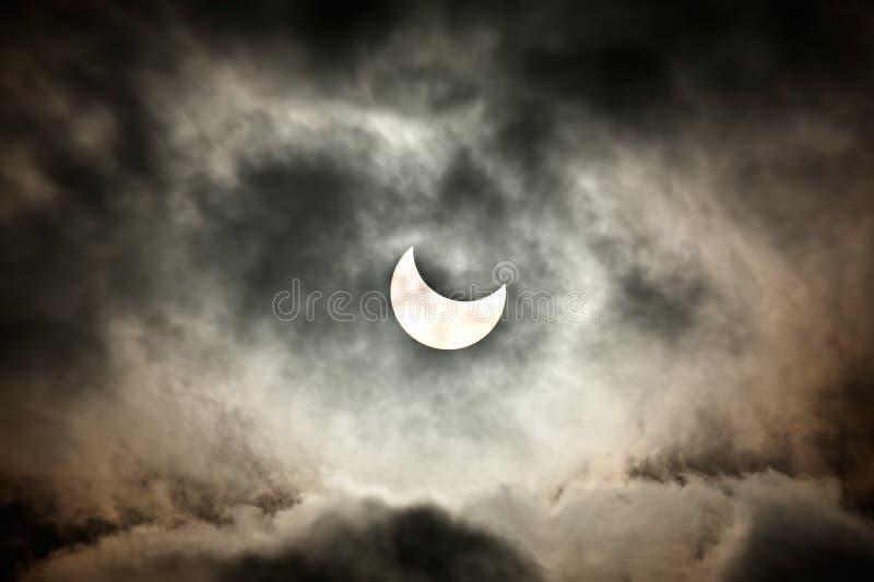 Eclipse solar parcial real fotos de stock