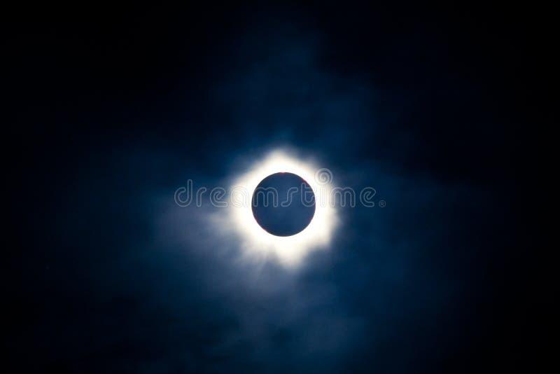 Eclipse solar total com corona visível imagem de stock royalty free
