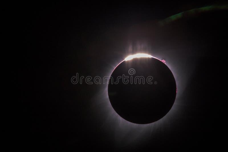 Eclipse solar total com os grânulos de Baily visível, a proeminência, a corona interna e o chromosphere fotos de stock