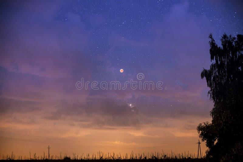 Eclissi rossa della luna nel cielo stellato fotografia stock libera da diritti