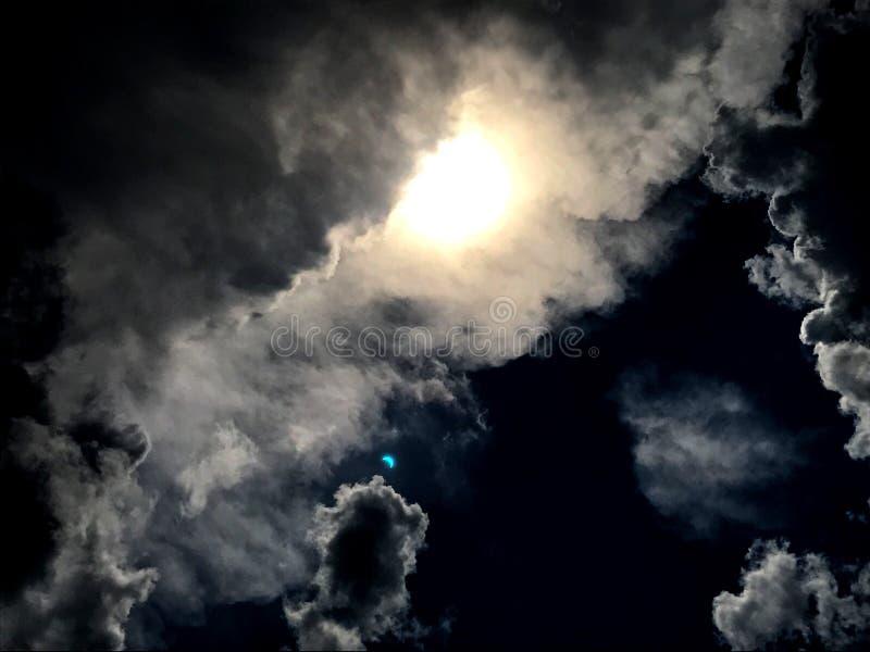 Eclissi solare nuvolosa fotografie stock