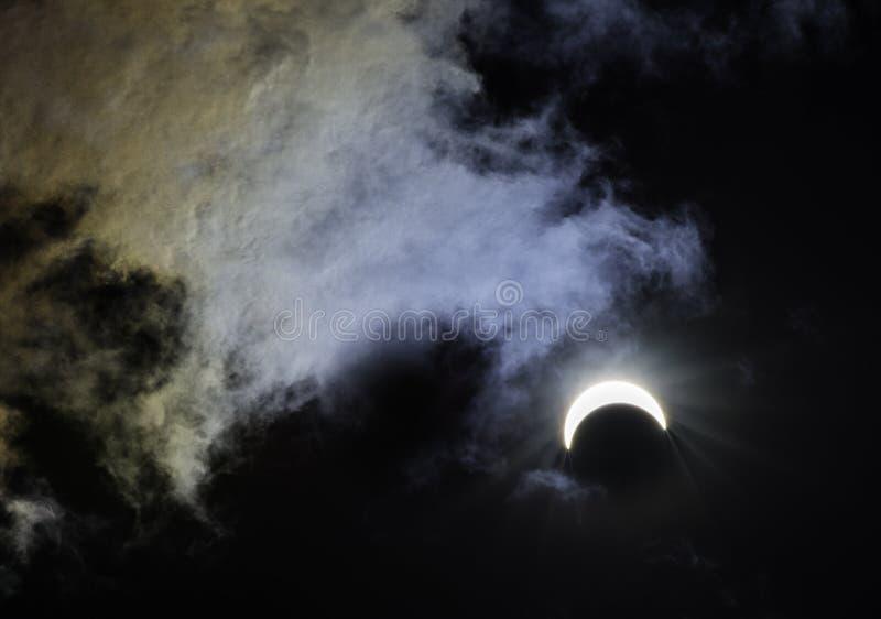 Eclissi solare parziale con i colori dell'arcobaleno fotografia stock