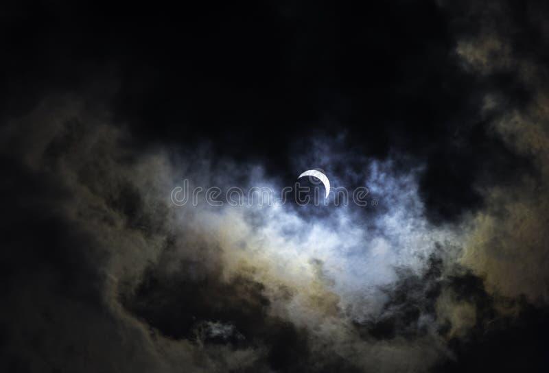 Eclissi solare parziale con i colori dell'arcobaleno immagine stock