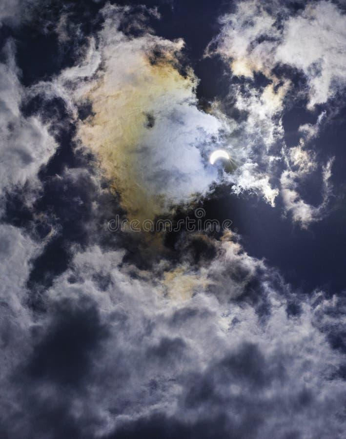 Eclissi solare parziale con i colori dell'arcobaleno immagini stock