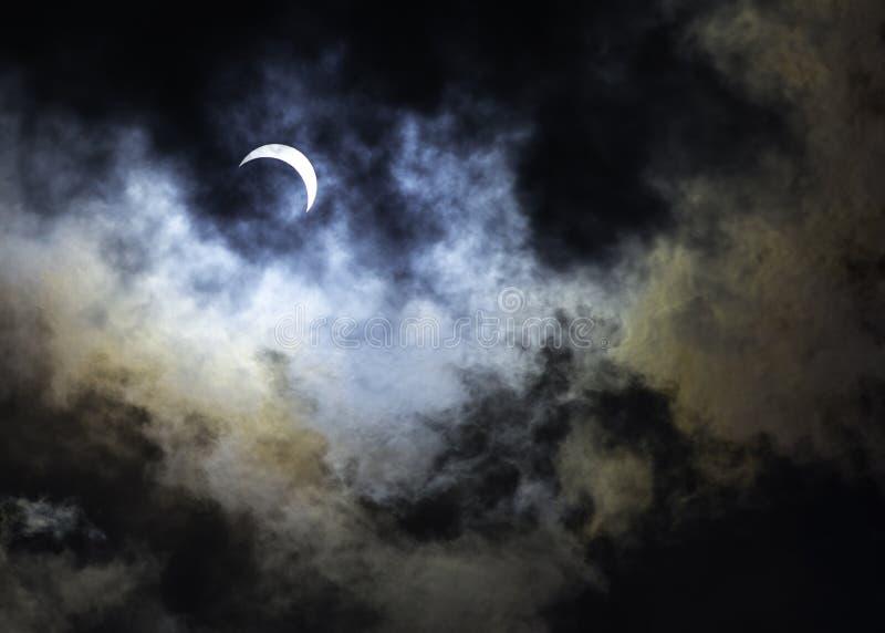 Eclissi solare parziale con i colori dell'arcobaleno fotografie stock