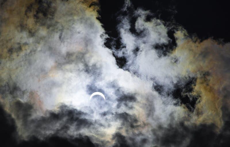 Eclissi solare parziale con i colori dell'arcobaleno immagine stock libera da diritti