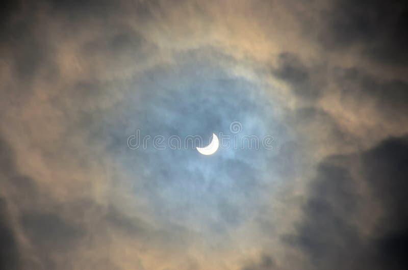 Download Eclissi Solare Parziale Un Giorno Nuvoloso Immagine Stock - Immagine: 78576401