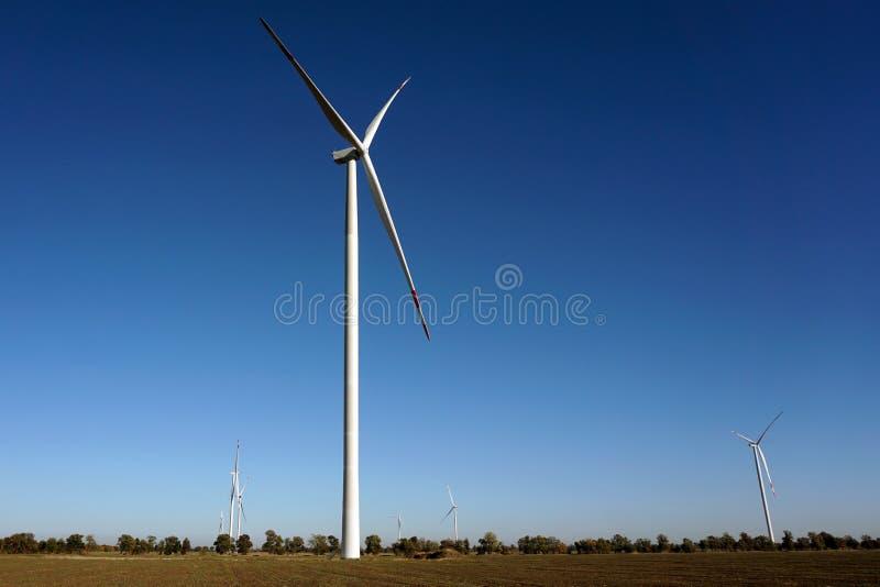 Eco力量,有天空蔚蓝的风轮机 供选择的电的风轮机 有能承受的eco的可更新的电农场 免版税库存图片