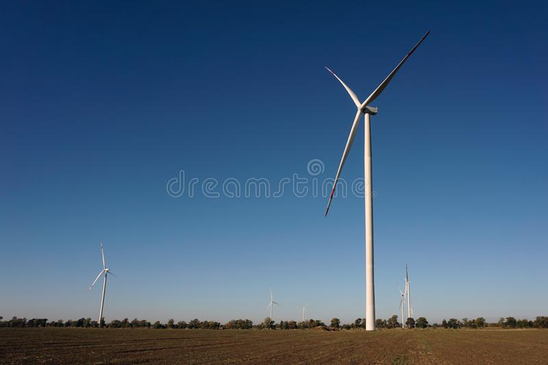 Eco力量,有天空蔚蓝的风轮机 供选择的电的风轮机 有能承受的eco的可更新的电农场 图库摄影