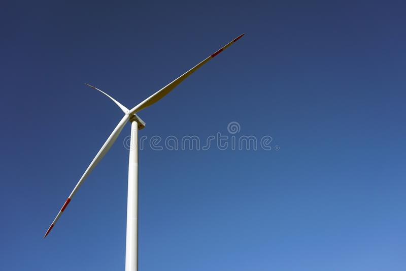 Eco力量,有天空蔚蓝的风轮机 供选择的电的风轮机 有能承受的eco的可更新的电农场 免版税库存照片