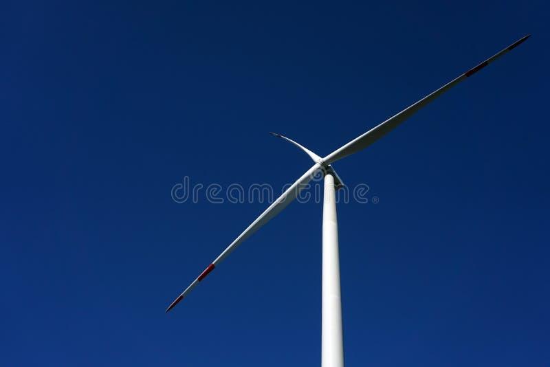 Eco力量,有天空蔚蓝的风轮机 供选择的电的风轮机 有能承受的eco的可更新的电农场 库存图片