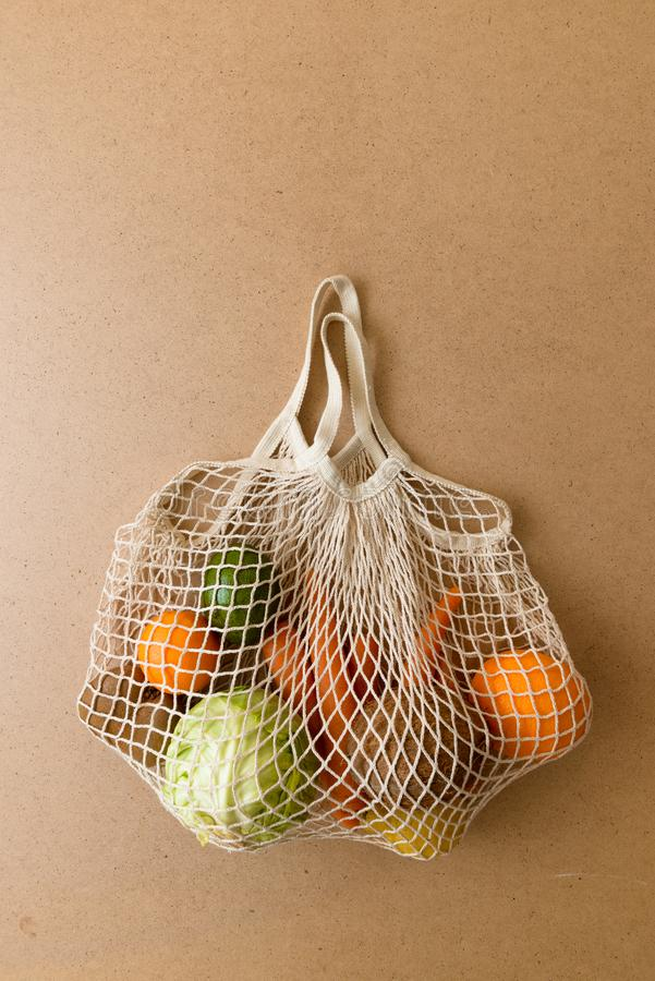 Eco友好的可再用的滤网串编织了购物带来用水果和蔬菜,零的废物 图库摄影