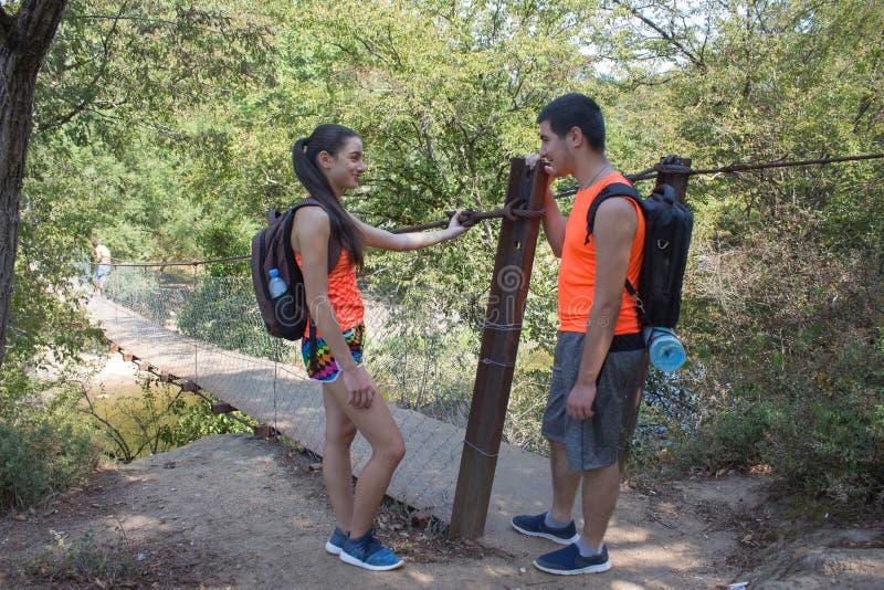 Eco旅游业和健康生活方式概念 有背包的年轻远足者女孩末端男孩 库存图片
