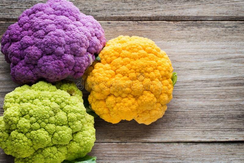 eco花椰菜彩虹在木桌上的 库存图片