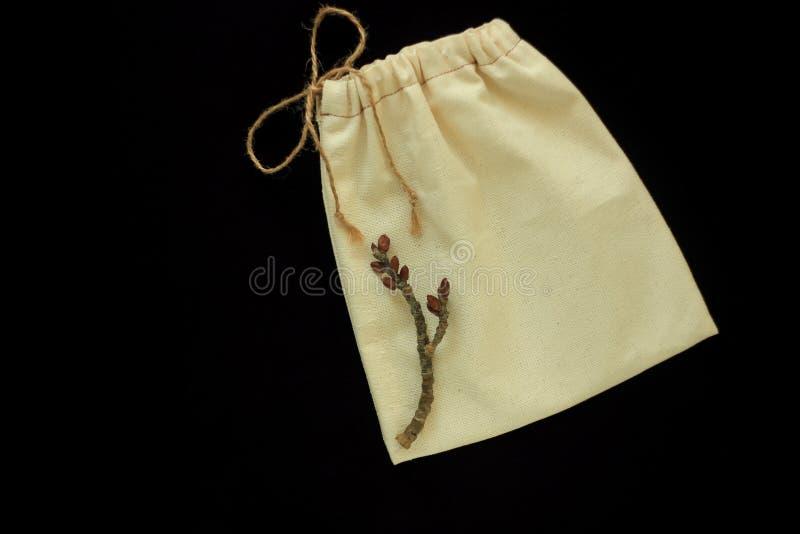 Eco袋子,自由塑料购物的可再用的棉花袋子 织品手工制造包裹 零的废概念,黑背景 免版税库存照片