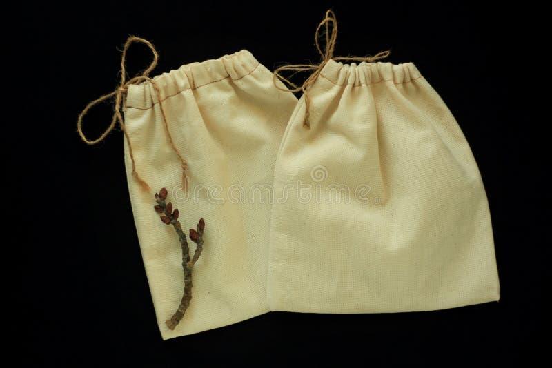 Eco袋子,自由塑料购物的可再用的棉花袋子 织品手工制造包裹 零的废概念,黑背景 免版税图库摄影