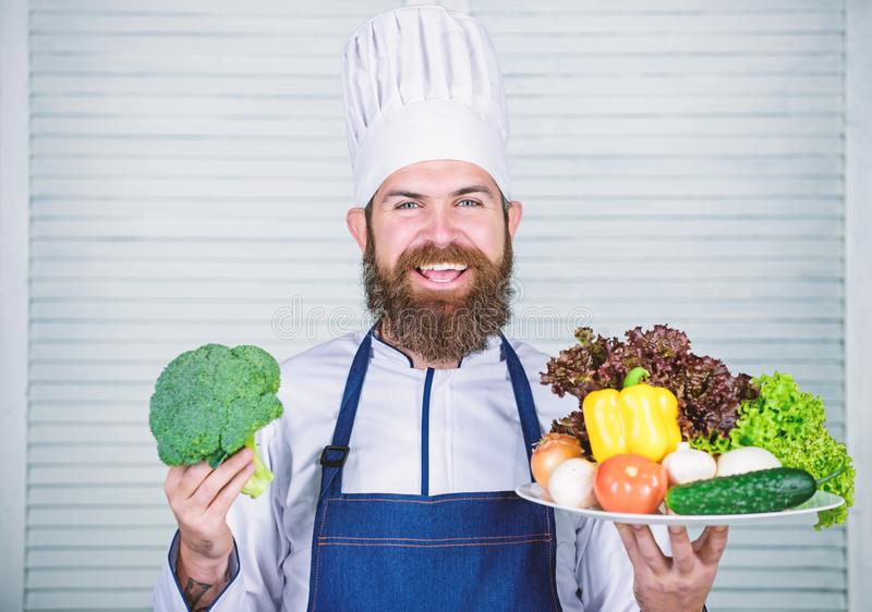 Eco και οργανική έννοια Φρέσκα λαχανικά συγκομιδών Επιλέξτε τα καλύτερα συστατικά Άριστα λαχανικά παρουσίασης ατόμων ευτυχή στοκ φωτογραφίες με δικαίωμα ελεύθερης χρήσης