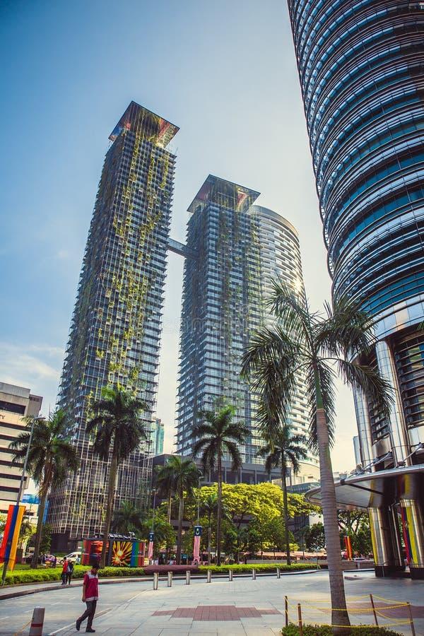 Eco结构 与生长在门面的植物的绿色摩天大楼大厦 天空的公园 吉隆坡 马来西亚 免版税库存照片
