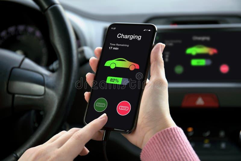 在eco电车接触多媒体系统充电的电池的电话 免版税库存照片
