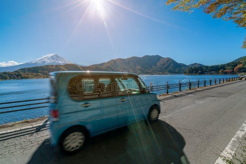 Eco-Autofahren nahe Mt Fuji mit Bewegungsunsch?rfe lizenzfreie stockfotografie