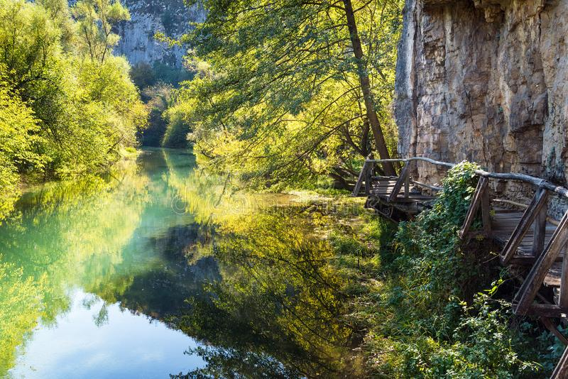 Eco bana längs den Zlatna Panega floden, Lukovit, Bulgarien arkivfoto