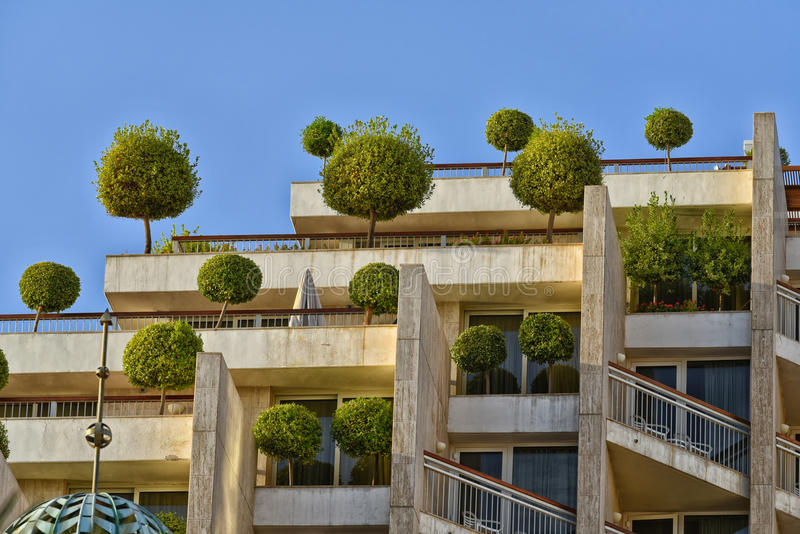 Eco byggnad med träd royaltyfri fotografi