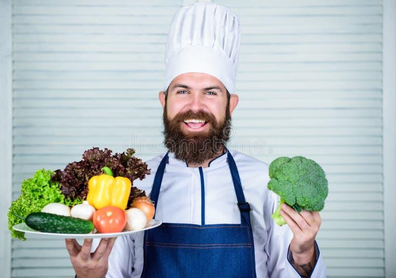 Eco en organisch concept Verse oogstgroenten Kies beste ingrediënten Mens gelukkige het voorstellen uitstekende groenten royalty-vrije stock fotografie