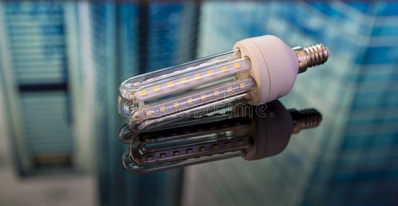 Eco energi - besparingkula på svart exponeringsglas ljus kula som komponeras av s arkivbild