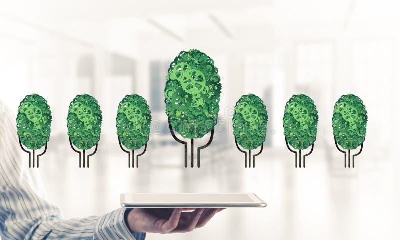 Eco esverdeia o conceito do ambiente apresentado pela árvore como o mecanismo ou o motor de trabalho imagem de stock royalty free