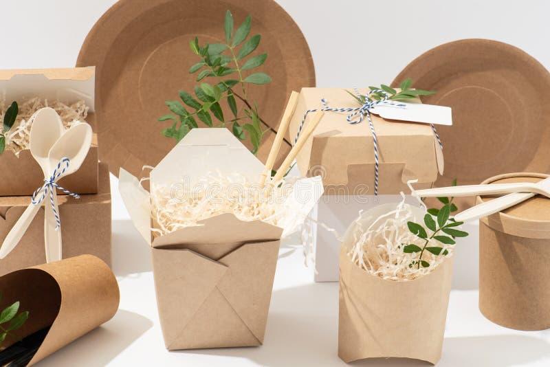 Eco freundlich, Wegwerf-, recyclebares Geschirr K?sten, T?pfe und Tischbesteck stockfotografie