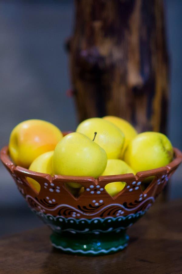 Eco frukter, äpplen Plätera med äpplen fotografering för bildbyråer