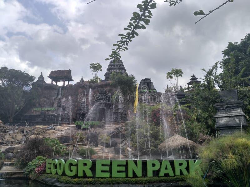 Eco gräsplan parkerar springbrunnen arkivfoto