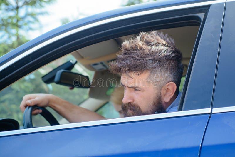 Eco körning är en ecologic körande stil Skäggigt manlopp förbi biltransport Hipster som tycker om vägtur eco arkivfoto