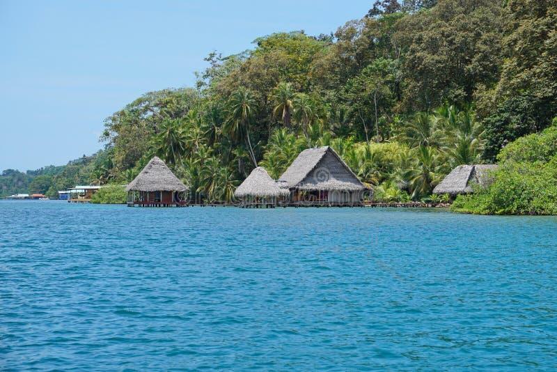 Eco loge med halmtäckte kojor över vattnet Panama royaltyfria foton