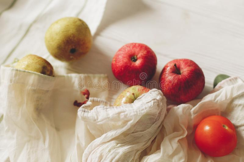 Eco naturalne torby z owoc, eco życzliwy podtrzymywalny lifestyl zdjęcia stock