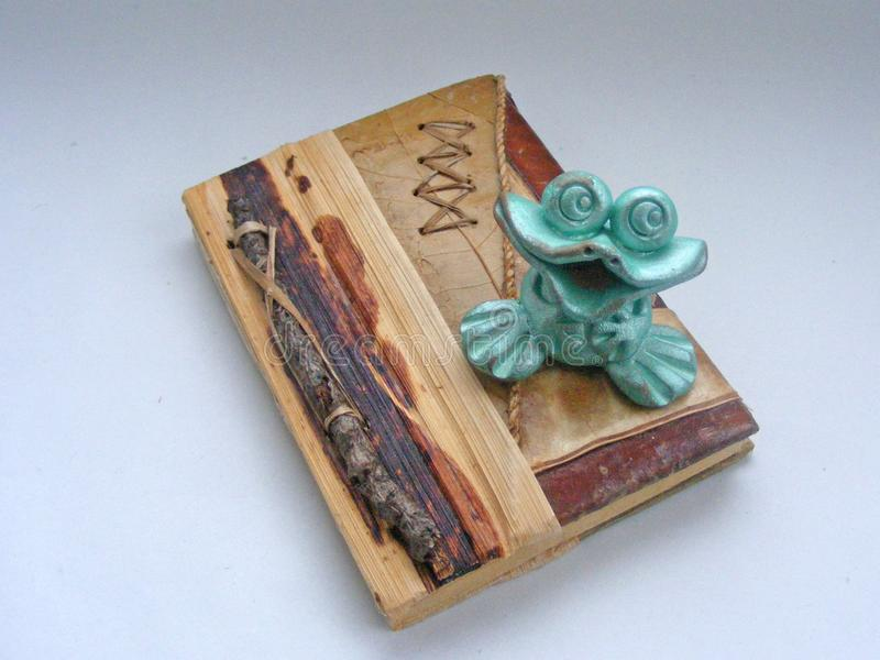 Eco-Notizbuch des natürlichen Materials/des Zweigs, Blatt, Barke/mit fangshui Frosch lizenzfreies stockbild